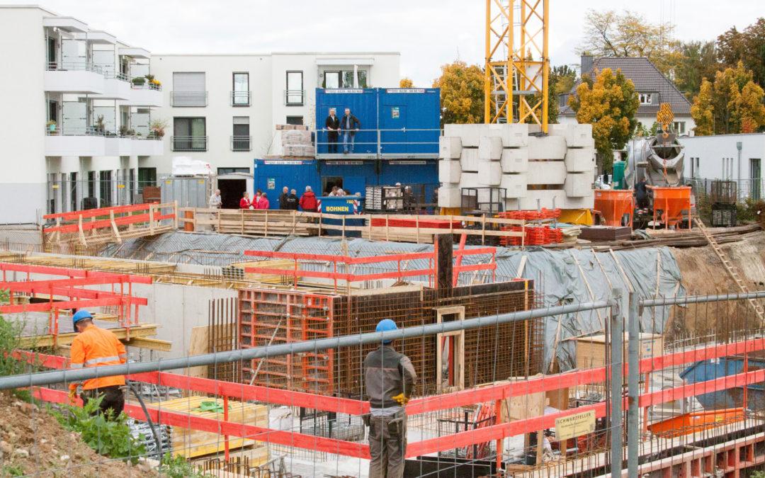 Baustellenbesichtigung mit Käufern und Fachingenieuren
