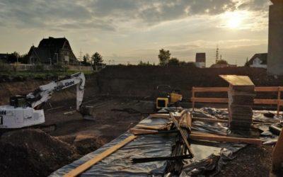 Die Baustelle im Schein der Dämmerung